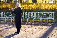St Petersburg Russland 10 15 2018 Straßenmusiker spielt die Flöte lizenzfreies stockbild