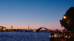 St. PETERSBURG, RUSSLAND: Zeit-Versehen des Öffnens der Palast-Brücke in weiße Nächte stock footage