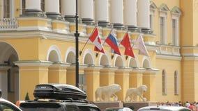 St Petersburg rysk federation - Juli 1, 2016: Ryss och den kanadensiska flaggan fladdrar i vinden på en byggnad stock video
