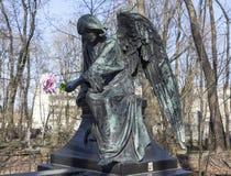 ST PETERSBURG RYSSLAND - APRIL 18, 2015: Foto av ängeln på gravstengeneral Mordvinova Novodevichy kyrkogård Arkivfoton