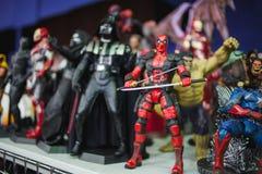 ST PETERSBURG RYSSLAND - APRIL 27, 2019: handlingdiagram Star Wars tecken och superheroes fr?n f?rundra sig film arkivbild