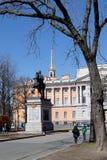 St Petersburg Ryssland, April 2019 Monument till kejsaren Peter det stort på den Mikhailovsky slotten arkivfoton