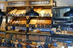 St Petersburg Ryssland 06 29 Bröd 2018 shoppar ny bakelse royaltyfri fotografi