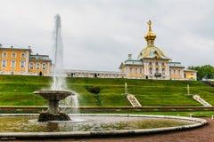 St Petersburg Ryssland - Circa Juni 2017: Storslagen kaskad i Pertergof eller Peterhof i St Petersburg som är bekant som Petrodvo Royaltyfri Foto
