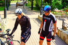 St Petersburg Ryssland 05 18 2018 Cyklister man och kvinnan Royaltyfri Bild