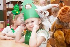 ST PETERSBURG RYSSLAND - DECEMBER 28: Festively klädda barn är förlovade i dagiset, RYSSLAND - DECEMBER 28 2016 Royaltyfria Bilder
