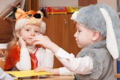 ST PETERSBURG RYSSLAND - DECEMBER 28: Festively klädda barn är förlovade i dagiset, RYSSLAND - DECEMBER 28 2016 Arkivbilder