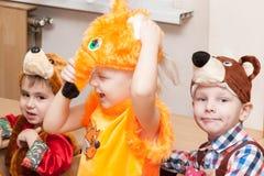 ST PETERSBURG RYSSLAND - DECEMBER 28: Festively klädda barn är förlovade i dagiset, RYSSLAND - DECEMBER 28 2016 Royaltyfri Foto