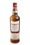 ST PETERSBURG RYSSLAND - December 05, 2015: Flaska av den vita etiketten för Dewar` s, blandad skotsk whisky, Skottland Royaltyfria Bilder