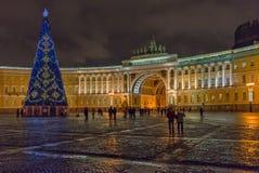 St Petersburg Ryssland - December 15, 2017: Julgran på slottfyrkant arkivfoton