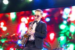 St Petersburg Ryssland - December 15, 2017: Musikern spelar saxofonen Royaltyfri Bild