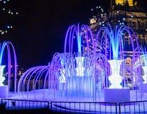 St Petersburg Ryssland - December 22, 2017: Springbrunn för julbelysning Ljus springbrunn nära eremitboningen i St Petersburg arkivbilder