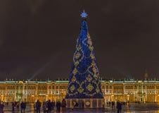 St Petersburg Ryssland - December 15, 2017: Vinterslott och julgran på fyrkant royaltyfria foton