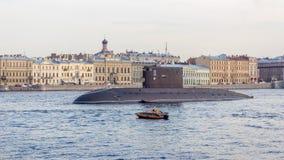St Petersburg Ryssland - 07/23/2018: Förberedelsen för det sjö- ståtar - dieselelektrisk ubåt`-Dmitrov `, arkivfoto