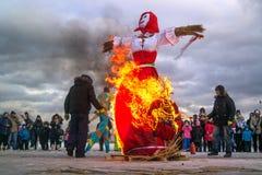 St Petersburg Ryssland - Februari 22, 2015: Festmåltid Maslenitsa på Vasilyevsky Island Fotografering för Bildbyråer
