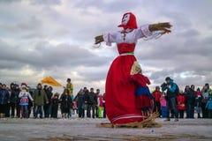 St Petersburg Ryssland - Februari 22, 2015: Festmåltid Maslenitsa på Vasilyevsky Island Arkivbild