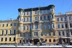 St Petersburg Ryssland, Februari, 27, 2018 Lägenhethus nummer 10 på Griboyedov kanalinvallning i solig vinterdag bygganden royaltyfri foto