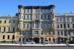 St Petersburg Ryssland, Februari, 27, 2018 Lägenhethus nummer 10 på Griboyedov kanalinvallning i solig vinterdag bygganden royaltyfri fotografi
