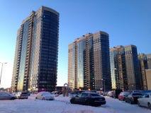 St Petersburg Ryssland - Februari 9, 2015: Ny mång--våning bostads- byggnader i bostadsområdet av den nordliga dalen fotografering för bildbyråer