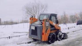 St Petersburg Ryssland, 08 februari 2019-The serviceföretag gör ren gården av huset och trottoarerna från snön och isen lager videofilmer