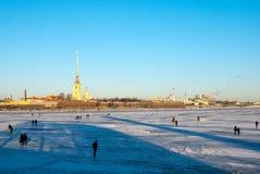 St Petersburg Ryssland Folk på den djupfrysta Nevaen Royaltyfri Bild