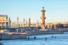 St Petersburg Ryssland Folk på den djupfrysta Nevaen Arkivfoto