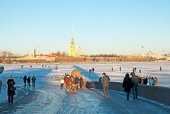 St Petersburg Ryssland Folk på rampen nära fryste Neva Royaltyfria Foton
