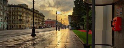 St Petersburg Ryssland - 16 gryning för SEPT 2017 på Nevskyen Prospe Royaltyfri Fotografi