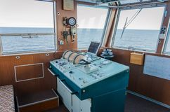 St Petersburg Ryssland - 07 19 2018: i kaptenens kabin - styrning och andra apparater royaltyfria foton