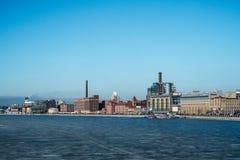 St Petersburg Ryssland, 03/05/2017 - industriell vintersikt med den djupfrysta Neva floden Royaltyfri Bild