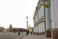ST PETERSBURG RYSSLAND - JANUARI 01, 2008: Slottfyrkantsikt till den Kazan domkyrkan av vår dam, Royaltyfria Bilder