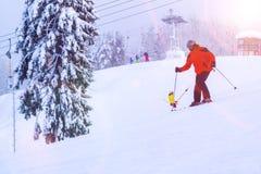 St Petersburg Ryssland-Januari 27, 2019: Snö-täckt skidar lutningen i bergen med en skidlift och skidåkningskidåkare royaltyfria foton