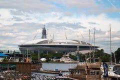St Petersburg Ryssland - Juli 08, 2017: Den nya fotbollsarenan på den Krestovsky ön och konstruktionen av en skyskrapa Lahta Arkivfoto