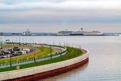 St Petersburg Ryssland - Juli 10, 2018: Färjor i porten av St Petersburg i golfen av Finland, sikt från yachtbron royaltyfri fotografi
