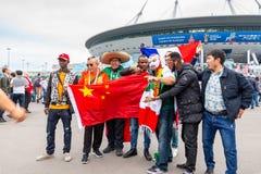 St Petersburg Ryssland - Juli 10, 2018: fans av olika länder fotograferas för matchvärldscupen 2018 royaltyfria bilder