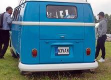 St Petersburg Ryssland - Juli 08, 2017: Festival av den gamla Volkswagen bilBughouse festen 2017 Blå Volskwagen biltransport arkivbilder