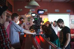 ST PETERSBURG RYSSLAND - JULI 22, 2017: Filmbesättning på läge innerfält för kamera 4K Filmmaking Ställ in landskap av Arkivfoton