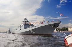 ST PETERSBURG RYSSLAND - JULI 31, 2016: Foto av krigsskepp i ståta på dagen av marinen Arkivbild