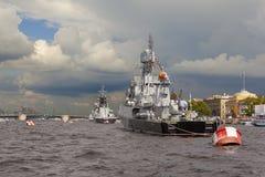 ST PETERSBURG RYSSLAND - JULI 31, 2016: Foto av krigsskepp i ståta på dagen av marinen Royaltyfri Bild