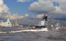 ST PETERSBURG RYSSLAND - JULI 31, 2016: Foto av krigsskepp i ståta på dagen av marinen Fotografering för Bildbyråer