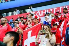 St Petersburg Ryssland - Juli 3, 2018: Frustrerade schweiziska supportrar efter nederlag av hans lag Arkivfoto