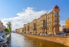 St Petersburg Ryssland Juli 2018: hus på den Griboyedov kanalen royaltyfri foto