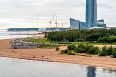 St Petersburg Ryssland - Juli 10, 2018: Lakhta mitttorn i St Petersburg, sikt från yachtbron royaltyfria bilder