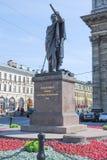 ST PETERSBURG RYSSLAND - JULI 12, 2015: Monument till fältmarskalken Prince Mikhail Kutuzov nära den Kazan domkyrkan arkivbilder