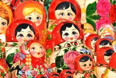 ST PETERSBURG RYSSLAND - 14 Juli, 2016: Ryska souvenir Ryska träbygga bodockamatryoshkas visas på souvenir M Royaltyfri Fotografi