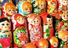 ST PETERSBURG RYSSLAND - 13 Juli, 2016: Ryska souvenir Ryska träbygga bodockamatryoshkas visas på souvenir M Arkivfoto