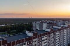 St Petersburg Ryssland - Juli 24, 2018: Stadslandskap - höghus på utkanten av staden på solnedgången arkivbild