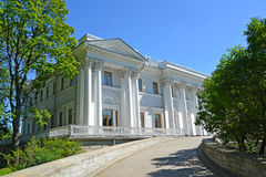 ST PETERSBURG RYSSLAND - JULI 11, 2014: Yelagin slott i suen Arkivfoto