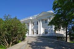 ST PETERSBURG RYSSLAND - JULI 11, 2014: Yelagin slott i suen Arkivbild
