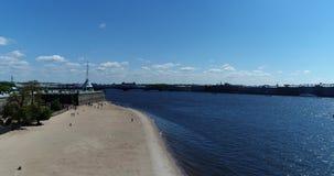 St Petersburg Ryssland - Juni 4 2017 beskåda uppifrån av stranden nära Peter och Paul Fortress och Neva River stock video